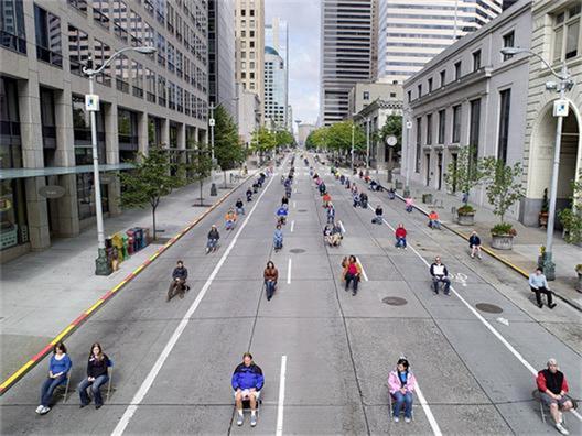 Hundra personer i varsin bil tar upp en hel gata