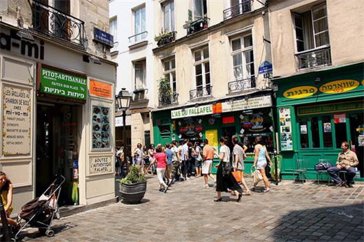 Maraiskvarteren i Paris lockar till repeterade semestrar men att skapa förutsättningar för stadsliv i förorterna är tydligen otänkbart.