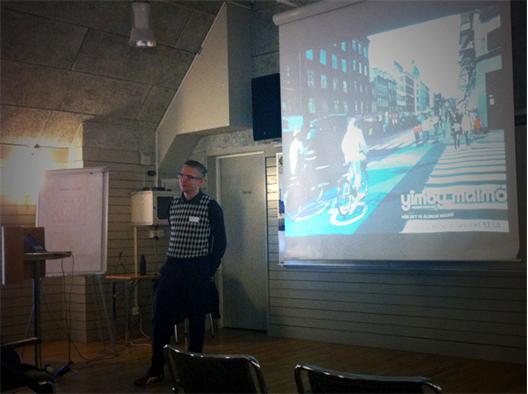 Jon Cederberg inför en publik av trafiktekniker