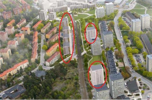 Byggnaderna inringade i röda cirklar motsvarar de planerade nybyggnationerna. Det finns iInga ambitioner att omvandla förorten till något som ens liknar stad. ?Årstastråket? blev till krokiga grusade gångvägar längs semipriata gårsdsmarker.